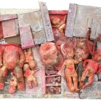 Kinder unter Trümmern – Puppen, Fallschirmstoff, Holzmunitionskistenteile, Farbe, 2001